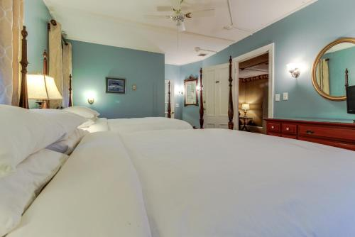 Classic Room with Two Queen Beds - Petite Bathroom