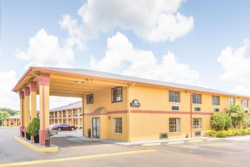 Picture of Days Inn and Suites Marshall