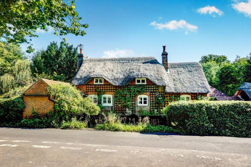 Luxurious Georgian Thatch Cottage hotel in Tadley