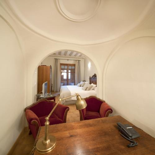 Double Room with King Size Bed - Free Parking Hotel Real Colegiata San Isidoro 11
