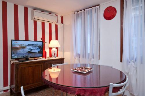 Green Red & Brown Two Bedroom in San Stae