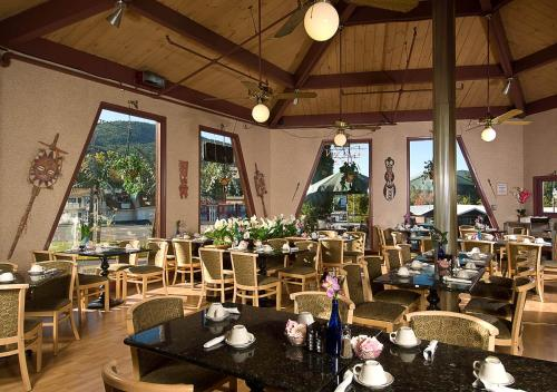 Lake George Tiki Resort Garden Cafe