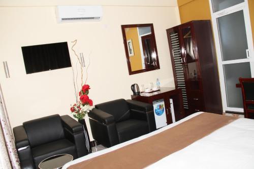 Mazubu Grand Hotel, Mbuguni