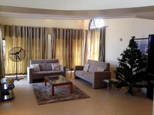 Kalis Lodge Guesthouse, Tema