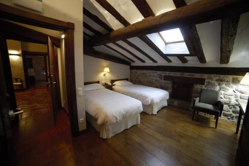 مزدوجة - علّية (Double Room - Attic)