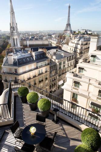 Four seasons hotel george v paris 8th arrondissement for Paris hotel 8th arrondissement