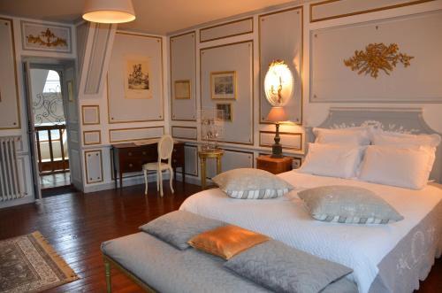 la tour du lion rochefort en terre. Black Bedroom Furniture Sets. Home Design Ideas