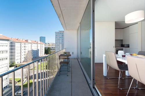 LovelyStay - Casas Brancas - Modern Apartment with Balcony
