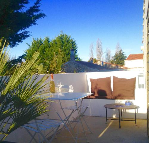une maison blanche chambre d 39 h tes 1 bis all e de la garnaudi re 85340 olonne sur mer. Black Bedroom Furniture Sets. Home Design Ideas