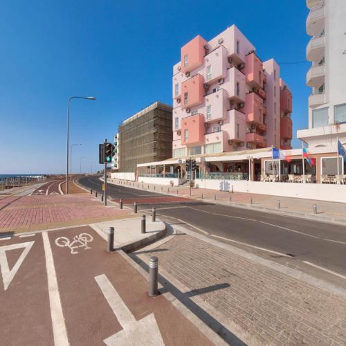 Mackenzie Beach Hotel & Apartments