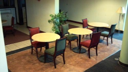 Elegant Garden Inn And Suites Kokomo Photos
