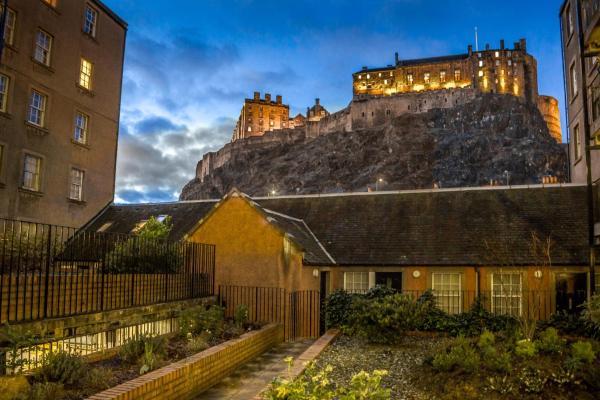 Castle view&Grassmarket studio flat with Luxury bathroom in Edinburgh, Midlothian, Scotland