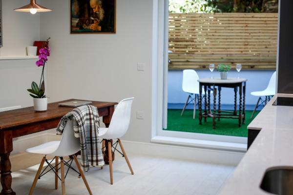 Elegant 2 bedroom apartment with sea views