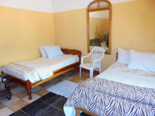 Habitació Doble o 2 llits amb bany compartit (Double or Twin Room with Shared Bathroom)