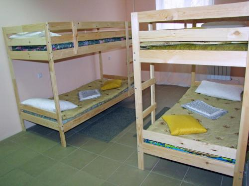 Etagenbett in Männer-Schlafsaal (Bunk Bed in Male Dormitory Room)