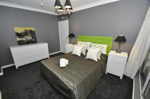 Best Price On Sydney CBD Modern Self Contained Three Bedroom Apartment 41 YR